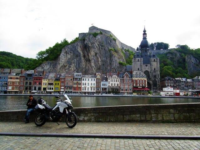 Vallonia in moto: Dinant e il suo lungo Mosa, fiume navigabile che consente da sempre trasporti agevoli per una buona fetta di questa parte di Europa, cuore pulsante di Dinant. Quì vediamo la rocca che ospita, in alto, la cittadella e la cattedrale.