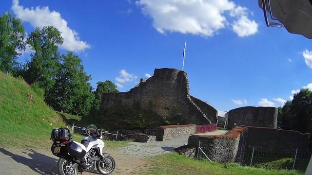 Vallonia in moto: il castello di Herboumont, sulla strada dei castelli delle Fiandre.