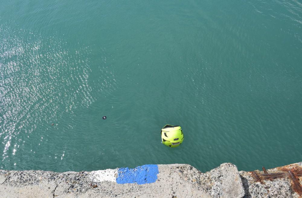 Nel porto di Durazzo, il casco che si tuffa...in acqua
