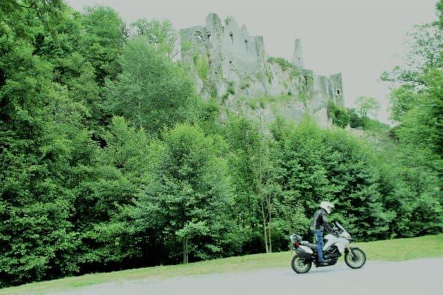 Vallonia in moto: le rovine sulla bellissima strada di Maredsous