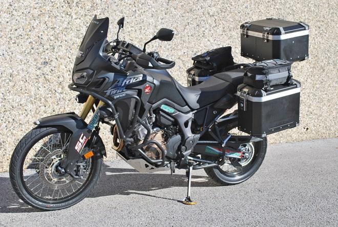 La HONDA CRF1000L AFRICA TWIN, con valigie laterali e top case MyTech Model X con angolari neri