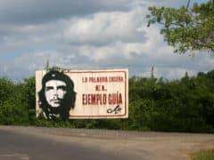 Si incontrano spesso cartelloni simbolo della rivoluzione