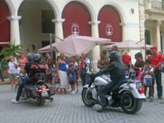 Essere a Cuba in motocicletta vuol dire attrarre l'attenzione