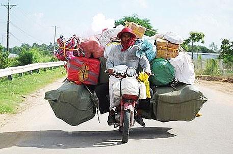 Caricare i bagagli su una motocicletta! Nella foto: l'autore dell'articolo di ritorno da una gita fuoriporta.