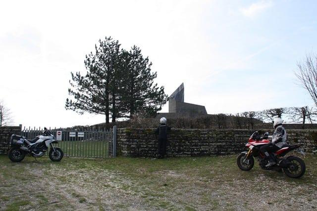 Il cimitero tedesco nei pressi del Passo della Futa. Consigliamo la visita, anche se durante la nostra gita, come si può vedere, abbiamo trovato chiuso