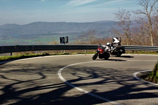 Salendo verso il Giogo, è visibile sullo sfondo il lago artificiale del Bilancino, che ha modificato molto il panorama e la parte finale del circuito stradale