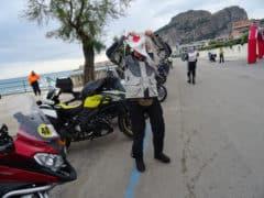 Uno dei momenti più impegnativi della Genova - Palermo: indossare la pettorina!