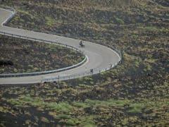Salendo sulle pendici dell'Etna in moto