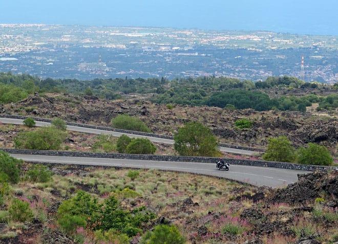 Etna in moto: sulla SP92 scendendo verso il mare