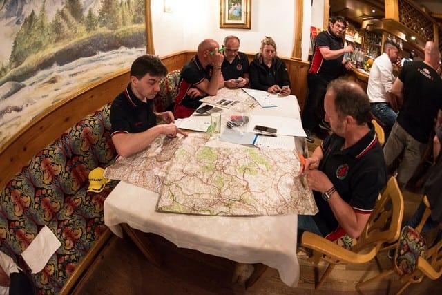 La pianificazione dell'itinerario avviene la sera prima della partenza di ogni tappa. Deve essere estremamente accurato, ma spesso per vincere non basta, ci vuole anche il fattore C