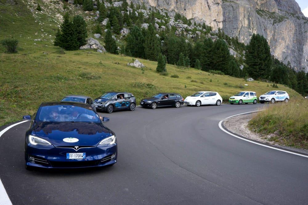 Un gruppo di auto a propulsione elettrica alla Ecodolomites. Foto Heinz Innerhofer