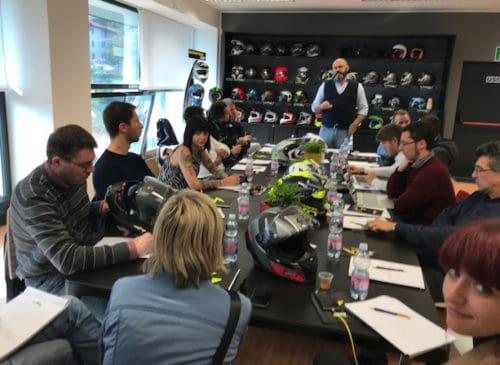 La conferenza stampa tenuta a Beregazzo con Figliaro, nella sede di Scorpion Sports Italia. Christian Occhipinti, Responsabile Commerciale Italia, spiega i nuovi modelli.