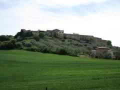 Magliano in Toscana, le possenti mura che circondano il borgo medievale