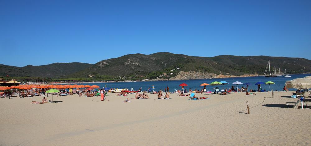 Marina di Campo è famosa per avere la spiaggia più grande dell'isola, ma non solo...
