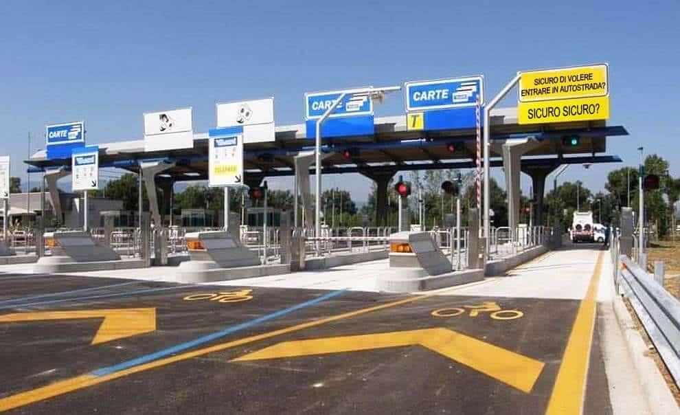 casello autostradale riservato alle moto