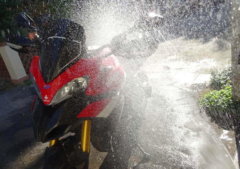 paranoie dei motociclisti: il lavaggio della moto