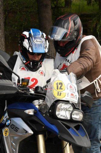 motociclisti studiano il percorso sulla cartina