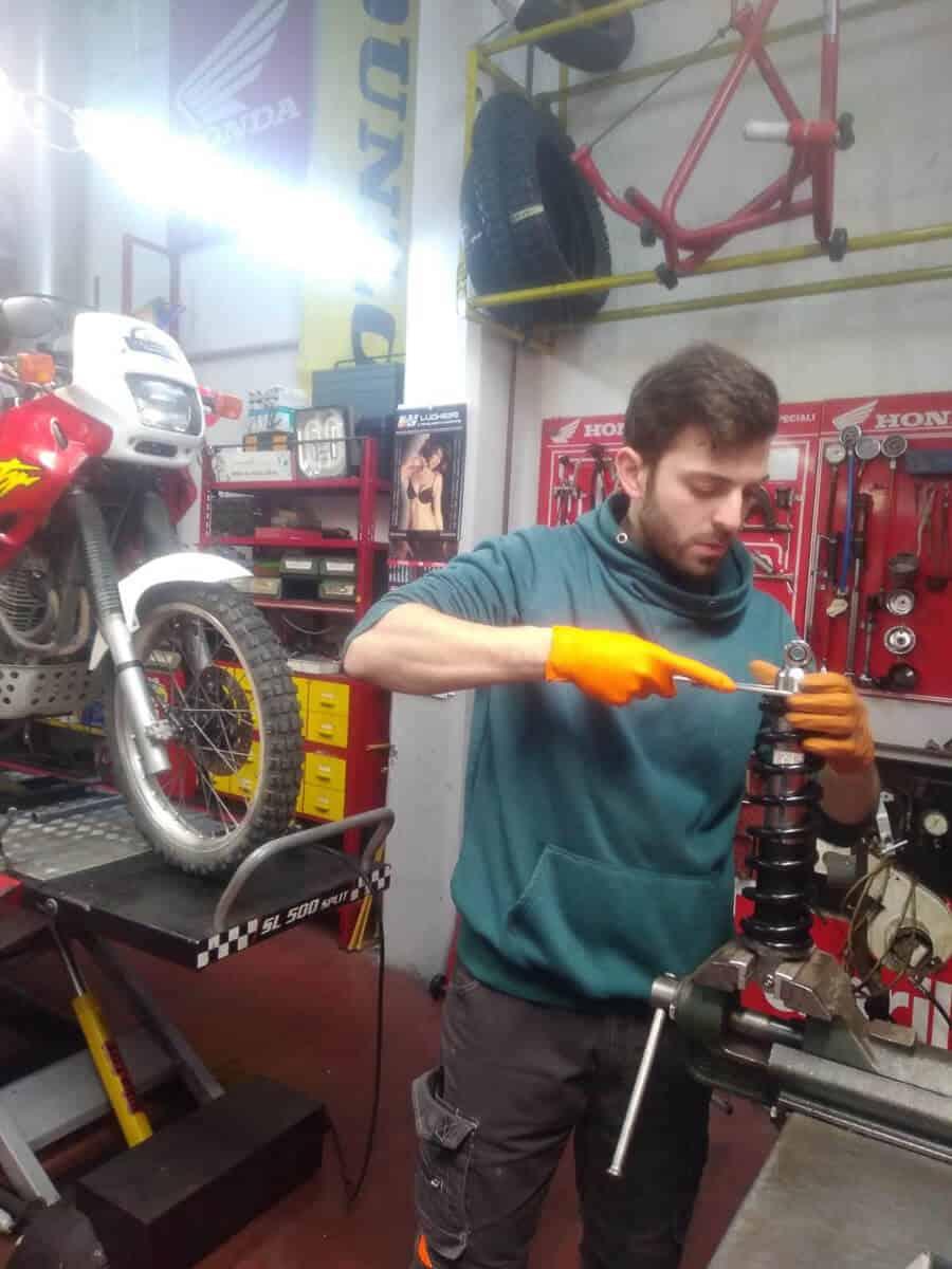 Il nostro meccanico moto interviene sul precarico della molla