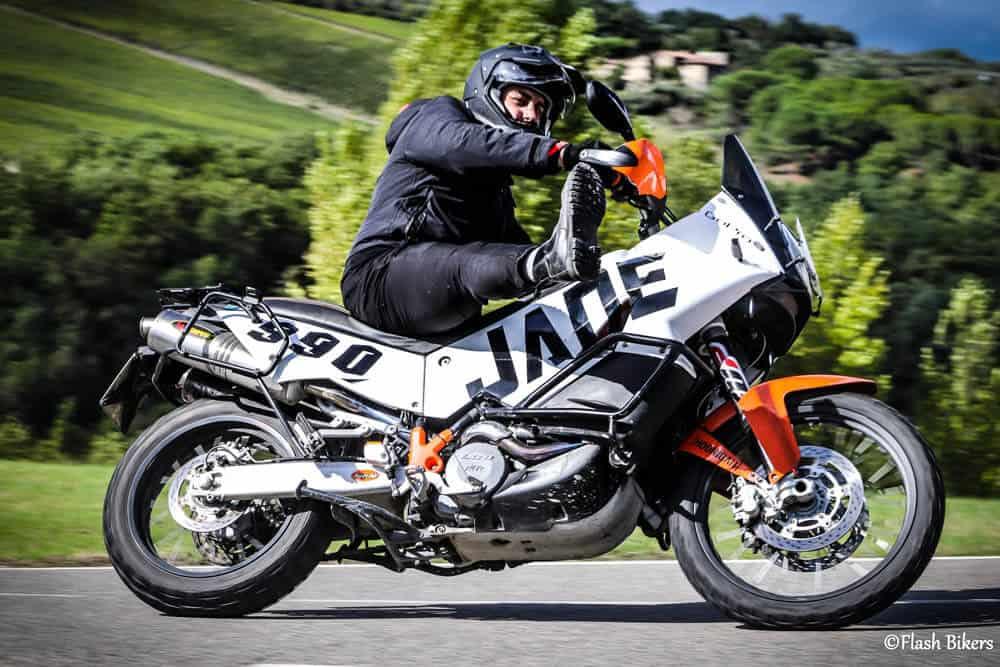 fotografare motociclisti che salutano col piede